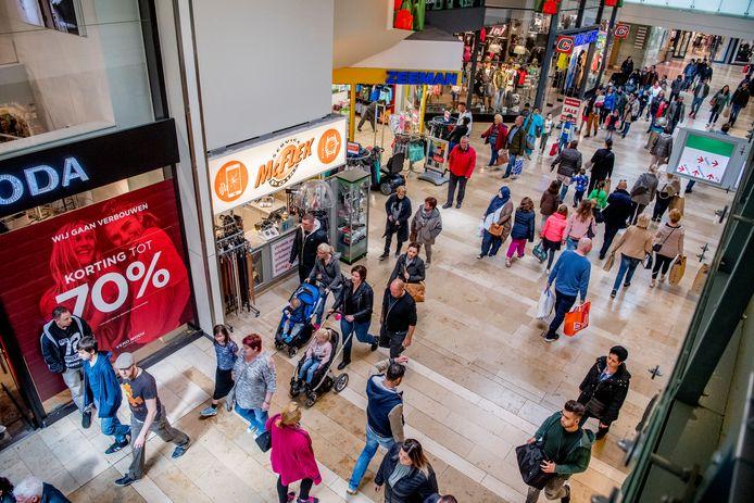ROTTERDAM - shoppen in rotterdam winkelcentrum zuidplein. copyright robin utrecht