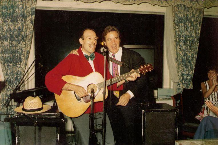 Karel en Will Tura tijdens een verjaardagsfeest voor de vriend van Marva (uiterst rechts in beeld).