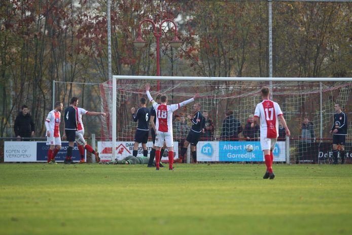 EMMS-doelman Bastin Kleinheerenbrink laat een voorzet uit zijn handen glippen, waarna Jubbega-aanvaller Niels Talsma de bal in een leeg doel kan koppen: 3-0.