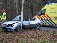 Automobilist gewond bij ongeval in Vorden: voertuig om lantaarnpaal 'gevouwen'
