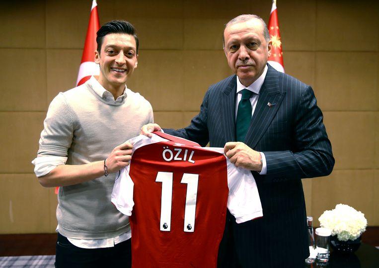 Mesut Özil kreeg fikse kritiek te verduren in Duitsland voor zijn ontmoeting met de Turkse president Recep Tayipp Erdogan. Beeld AP