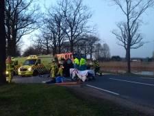 Auto over de kop in Loenen, brandweer moet beknelde bestuurder bevrijden