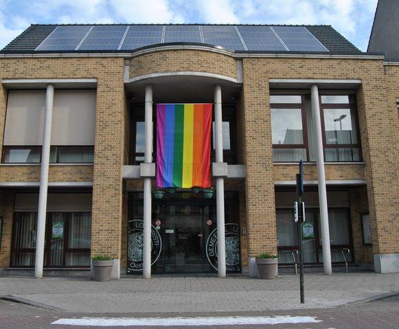Vandaag siert een regenboogvlag het gemeentehuis.