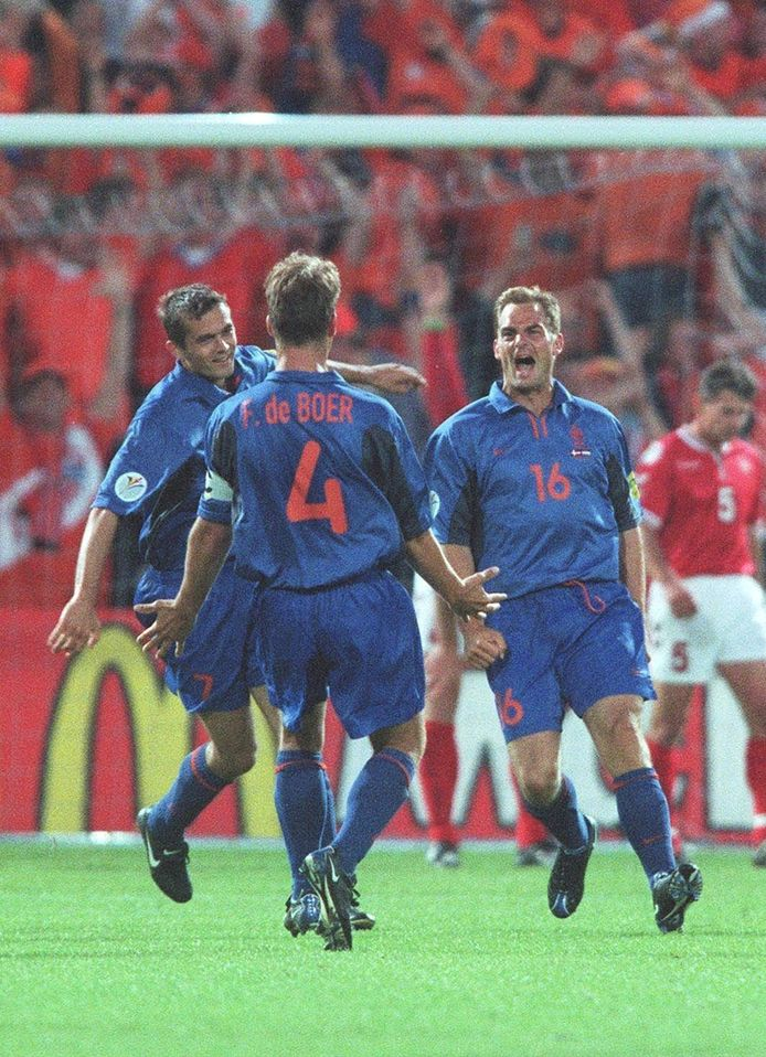 Het EK van 2000 in Nederland: Ronald de Boer heeft gescoord tegen Denemarken en rent richting zijn broer. Links Phillip Cocu.
