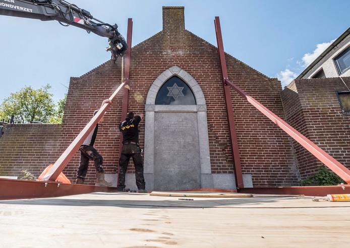 De gevel bij het Joods monument in Cuijk moest in het voorjaar van 2018, vlak voor de Dodenherdenking, gestut worden.