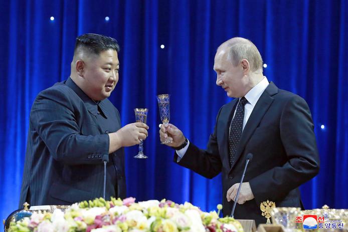 De Noord-Koreaanse leider Kim Jong-un (links) op bezoek bij de Russische president Vladimir Poetin in Vladivostok.