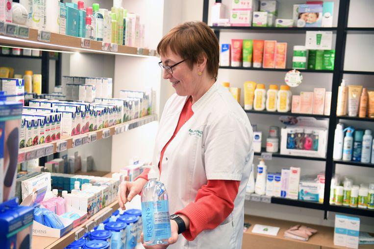 Apothekers An Honinkx verkoopt aan één klant op vier handgel. De ongerustheid neemt stilaan toe in Leuven maar van paniek is nog geen sprake.