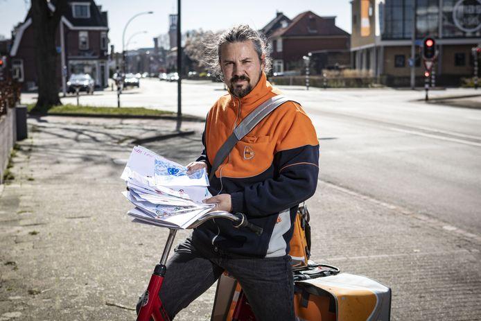 Postbezorger Pierre Vallée heeft een actie bedacht. Alle postbezorgers uit Hengelo, Haaksbergen en Enschede nemen tekeningen, brieven en gedichten aan.