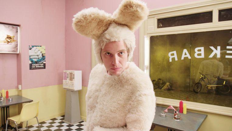 De in konijnenpak gestoken zingende filosoof Koenijn (Thomas Spijkerman). Beeld Tom Bakker