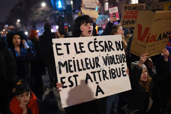 Heel wat betogers, zo goed als allemaal vrouwen, waren razend omdat de film van Polanski genomineerd was voor 12 Césars.