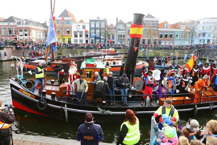 Topdrukte in de Lingehaven als Sinterklaas en zijn gevolg aanmeren.