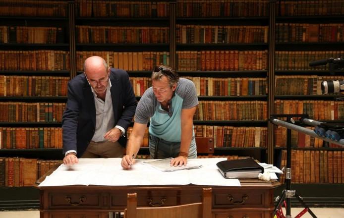 Uit de documentaire: Darrell Miklos and Manuel Rodriguez bekijken documenten in een Spaanse bibliotheek.