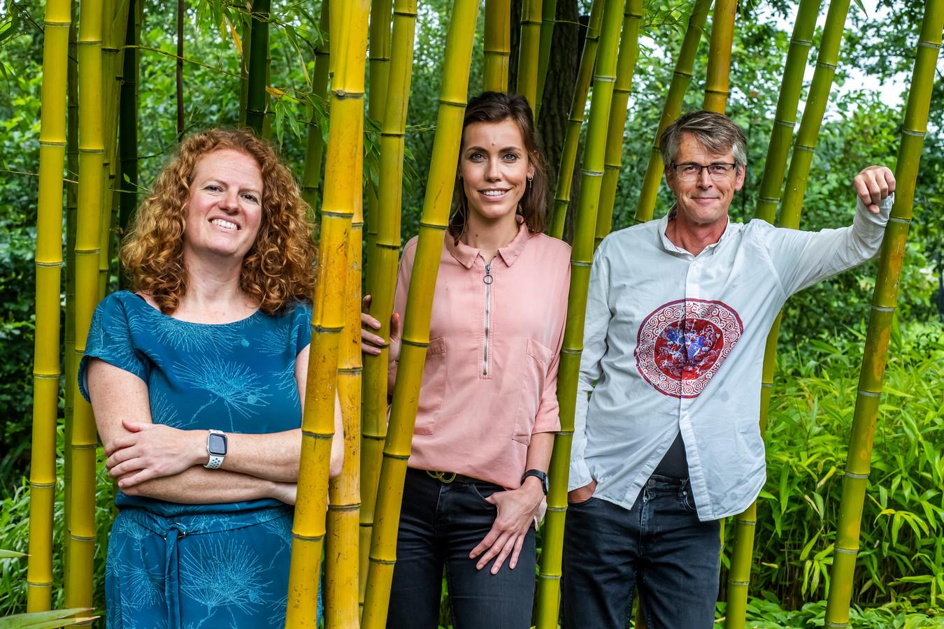 Anoek van der Leest, Mireille Langendijk en Jaco Appelman in de Botanische Tuinen van Utrecht. Zij schreven Zo kan het ook, een boek over meer in harmonie leven met de natuur.