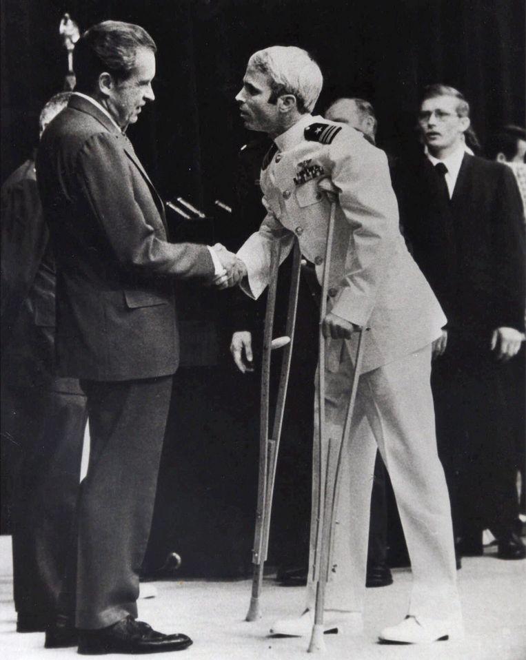 President Richard Nixon (L) groet John McCain in 1973. Beeld ap