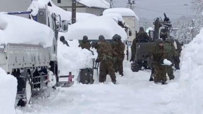 350 voertuigen al dagen vast door zware sneeuwstorm in Japan