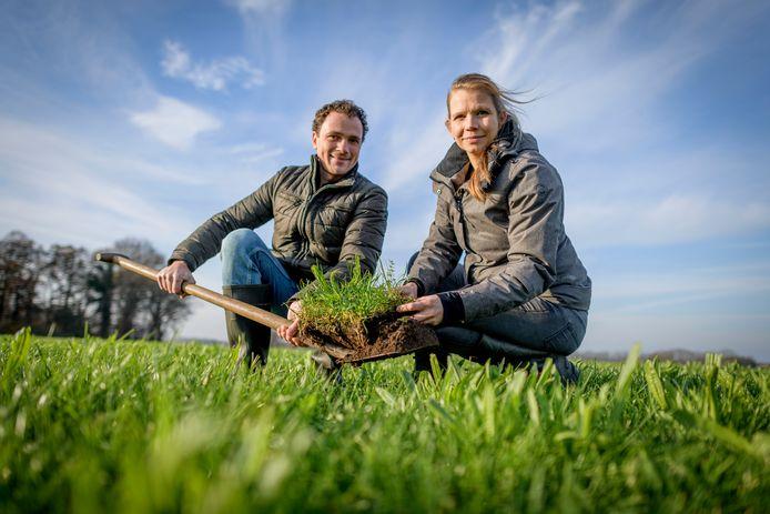 """Els en Gerard Uijterlinde op hun land. """"We kijken ook naar meer eiwitrijk gras, dat vervolgens ook weer beter tegen droogte kan."""""""