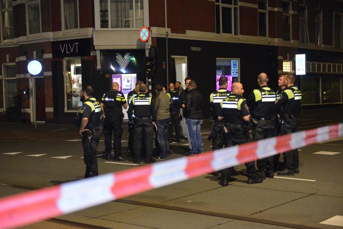Veel politie op de been bij het café waar buiten geschoten werd.