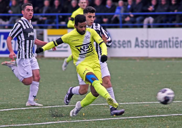 Jonathan Constantia maakt de 1-0 voor Hoek.