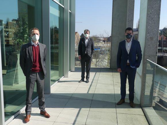 Kevin Allison en Mathieu Liebaert van Liebaert Textiles met burgemeester Jan Vermeulen (CD&V).