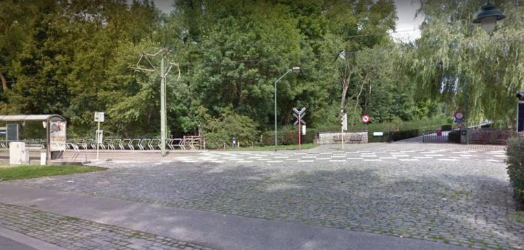 De plaats van het ongeval, de overweg in de Kerkstraat richting het Artiestenpad.