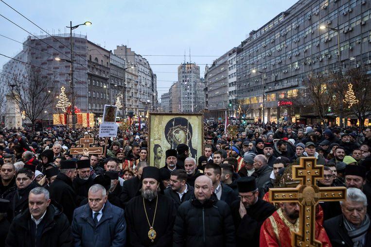 Servisch-orthodoxe gelovigen marcheren door Belgrado uit protest tegen de omstreden wet op de godsdienstvrijheid die in Montenegro is aangenomen. Beeld AFP