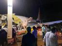 """Selon l'agence de régulation de l'aéronautique DGCA, l'avion a dérapé au bout de la piste, """"est tombé dans la vallée et s'est brisé en deux"""". Un porte-parole d'Air India Express a également déclaré que l'avion semblait avoir roulé au-delà de la piste."""