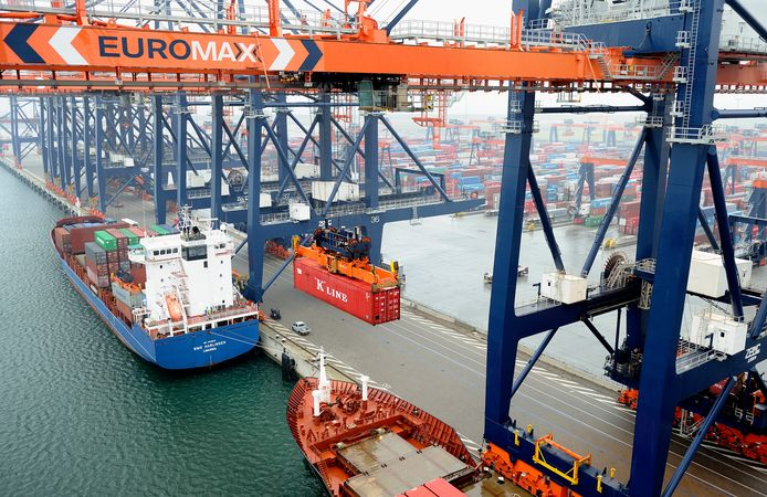 Containeroverslag op de Euromax Terminal in de haven van Rotterdam.