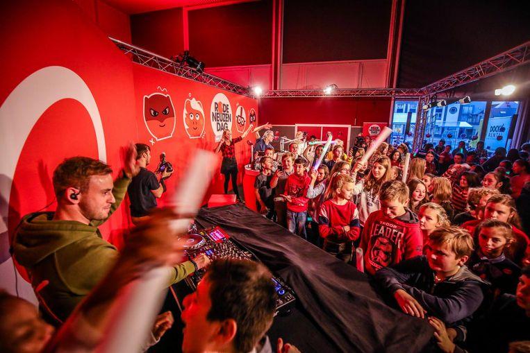 De leerlingen genieten met overgave van een optreden van DJ Kenn Colt.