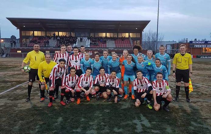 Rigtersbleek JO17-1 met de voetbalsters van FC Twente Vrouwen en het arbitrale trio.