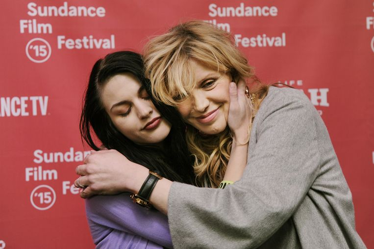 Frances Bean Cobain knuffelt moeder Courtney Love.