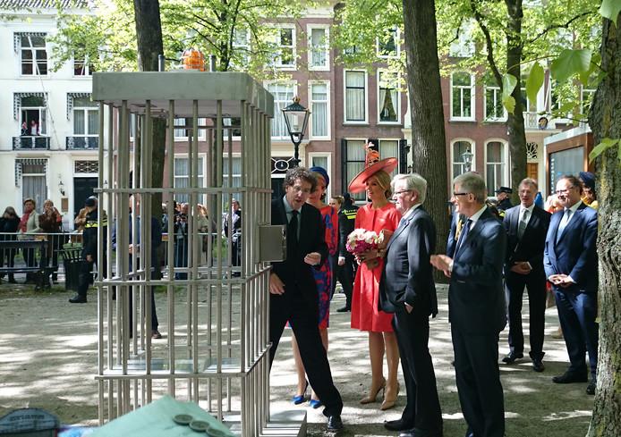 Jan Teeuwisse, directeur van museum Beelden aan Zee, geeft uitleg aan Mathilde en Maxima tijdens Den Haag Sculptuur 2015 op het Lange Voorhout
