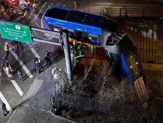 15 meter de dieperik in: bus hangt te bengelen van brug