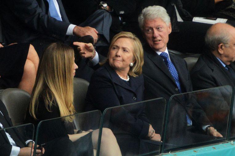 Bill, Hillary en dochter Chelsea tijdens de herdenkingsdienst. Beeld afp
