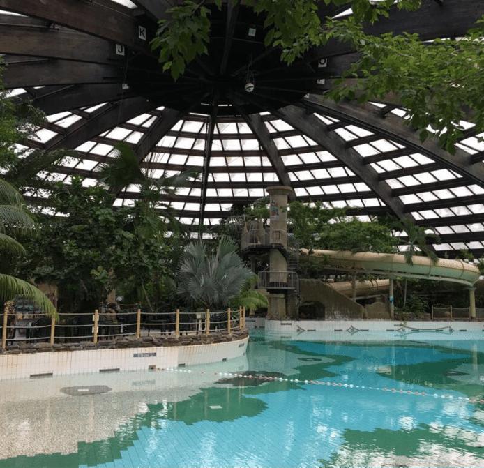 De huidige koepel van het zwembad van vakantiepark Kempervennen in Westerhoven (augustus 2017)