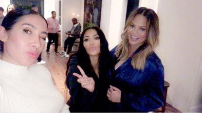 Chrissy Teigen viert haar babyshower met Kim Kardashian