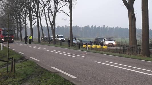 Het witte busje vooraan is van de verdachten. De voertuigen erachter zijn van de politie. Op de weg ligt nog bloed van de neergeschoten verdachte.