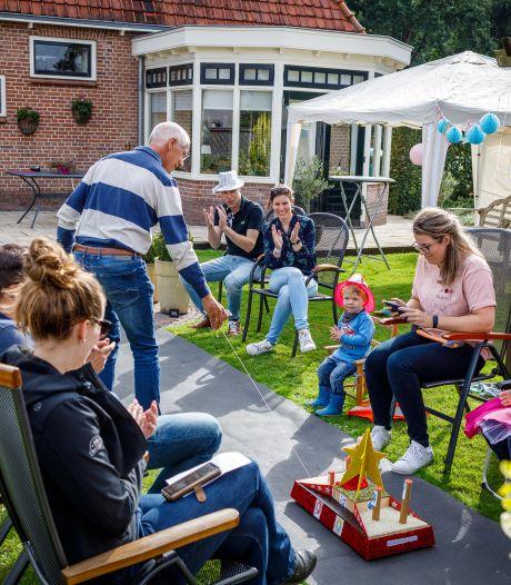 Familie uit Vollenhove organiseert een eigen corso in hun tuin: 'Dit konden we niet zomaar voorbij laten gaan'