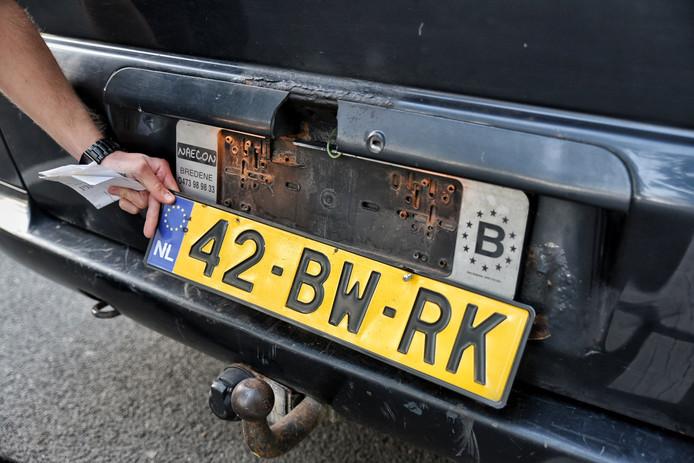 Man met vals kentekenplaten aangehouden op N65. Hij wordt verdacht van mensensmokkel.