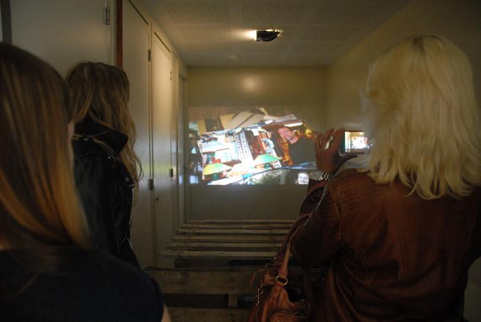 's Avonds worden voortaan memorabele foto's geprojecteerd op de grond pal vóór het nieuwbouwcomplex Villa Orthen. Vier wijkbewoners hebben het kunstwerk gerealiseerd
