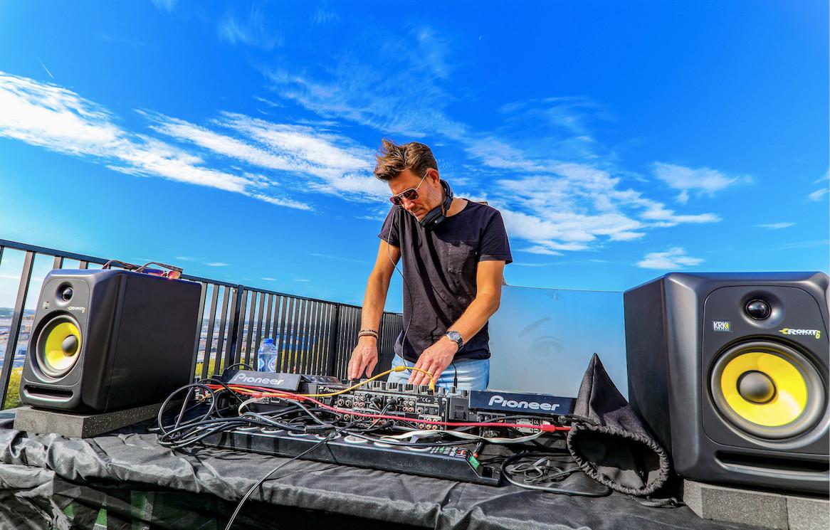 Roy van de Veerdonk (DJ D'YOR) op een van de silo's op de Noordkade