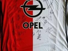 Kamerlid bovenaan in nek-aan-nekrace om Feyenoordshirt