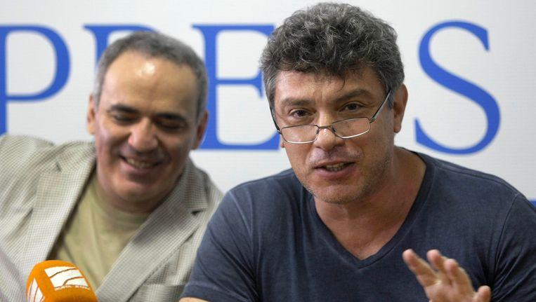 Boris Nemtsov (rechts) met voormalig schaakkampioen Garry Kasparov in 2011. Beeld ap