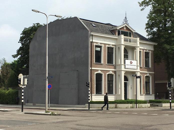 Het monumentale pand op de hoek van de Oostwal en de Molenstraat.