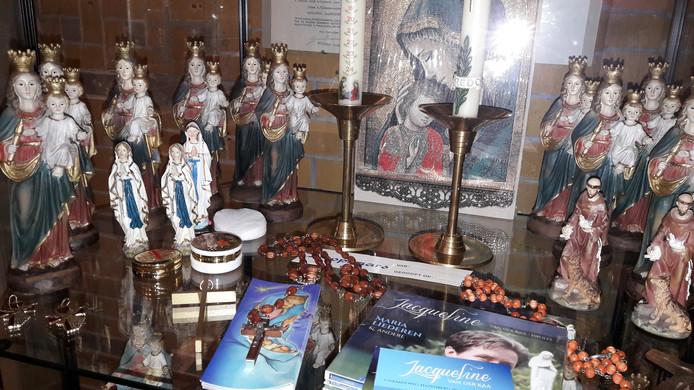 In een vitrine in de kerk van Zegge worden Maria-devotionalia aangeboden, religieuze gebruiksvoorwerpen als uiting van volksverering.