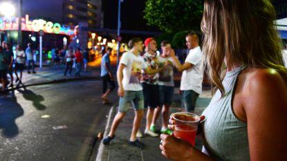 Feestende toeristen overtreden coronaregels in Spaanse vakantieresorts: spanningen met lokale bevolking lopen op