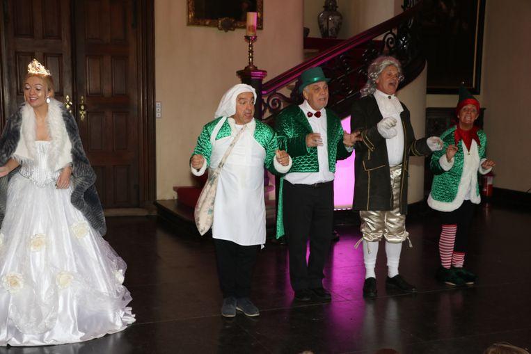 De acteurs en leerlingen deden samen een dansje.