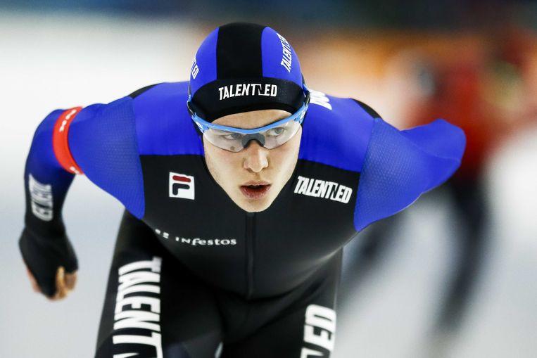 Marcel Bosker in actie op de 10.000 meter tegen Jan Blokhuijsen tijdens het NK Allround.  Beeld ANP