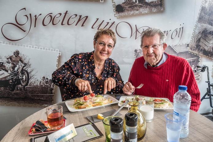 Monique Graat trakteert meneer Haerkens (93) op een broodje in 't Hapje in Wanroij.
