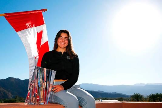 Bianca Andreescu poseert met de trofee die ze won in Indian Wells.