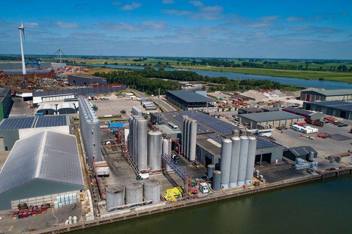 Luchtfoto van Biodiesel Kampen aan de Haatlandhaven in Kampen.